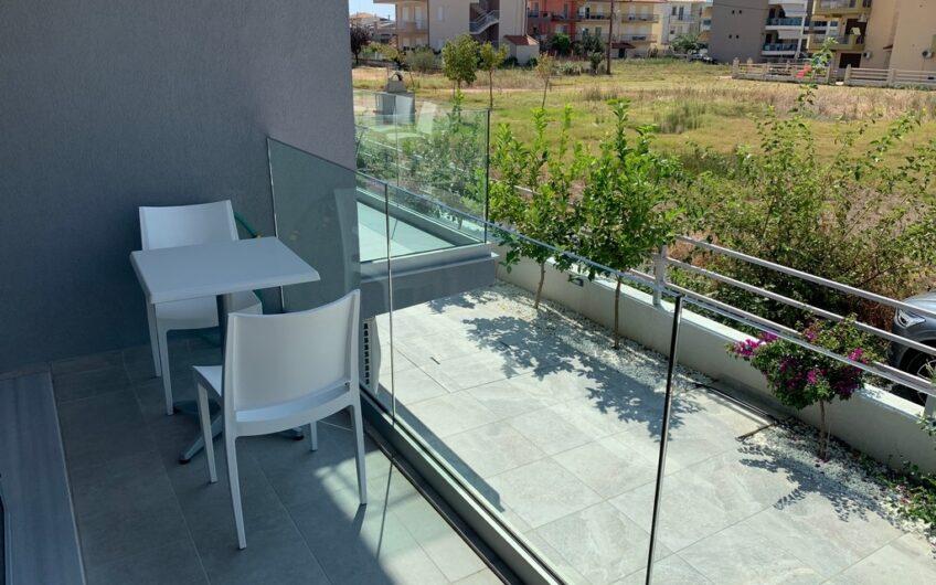 Новая квартира в Халкидиках с мебелью в 100 м от пляжа